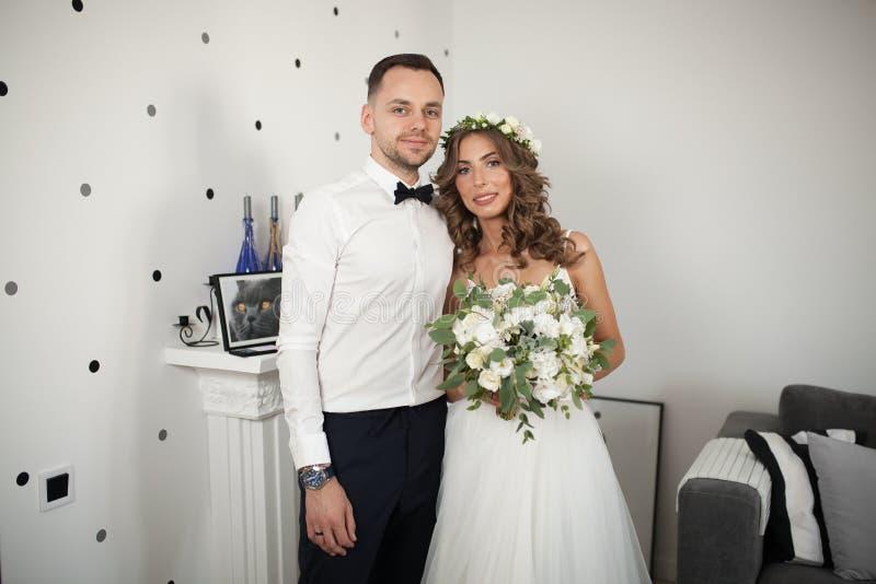 遇见新娘和新郎在卧室,新婚佳偶是愉快的 库存照片