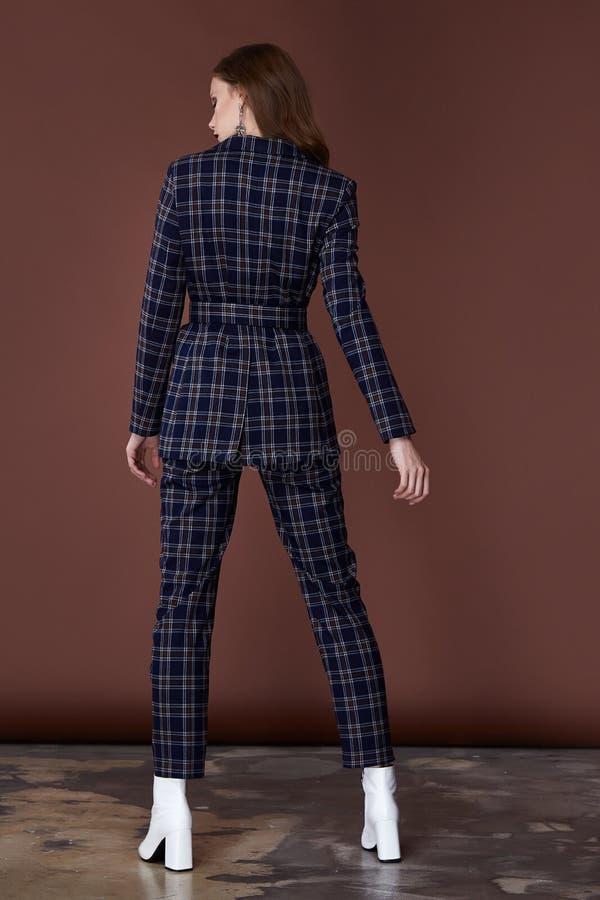 遇见的日期企业样式衣服夹克美好的性感的女服气喘提包辅助时尚汇集鞋子模型姿势 图库摄影