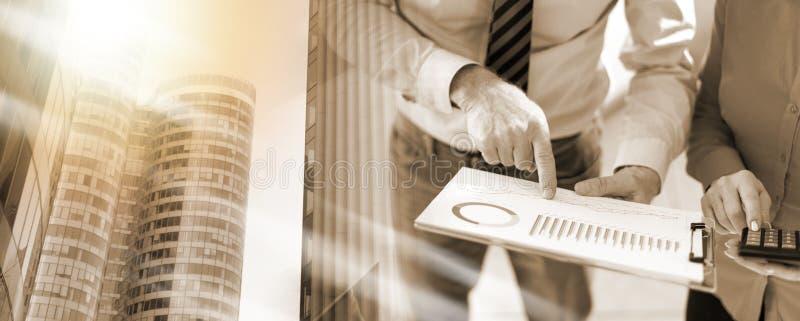 遇见的谈论商人关于财务成果;m 库存图片