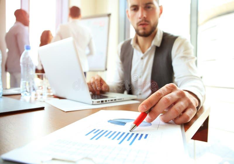 遇见礼物的企业队 职业投资者与新的起始的项目一起使用 财务经理任务 数字式 免版税库存照片