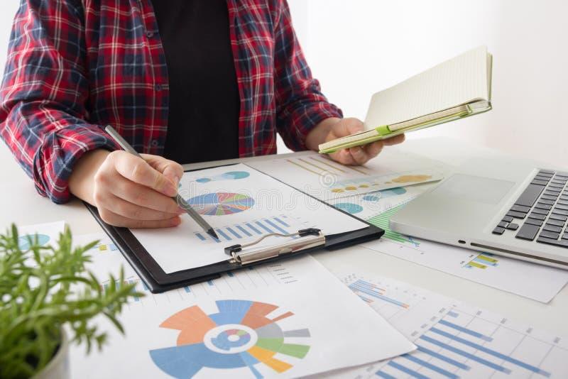 遇见礼物的企业队 职业投资者与新的起始的项目一起使用 财务经理任务 免版税库存图片