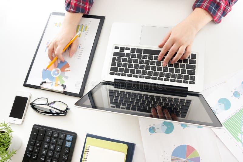 遇见礼物的企业队 职业投资者与新的起始的项目一起使用 财务经理任务 库存图片