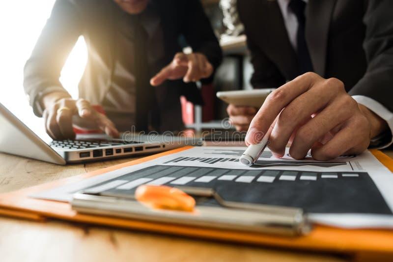 遇见礼物的企业队 职业投资者与新的起始的项目一起使用 免版税库存图片