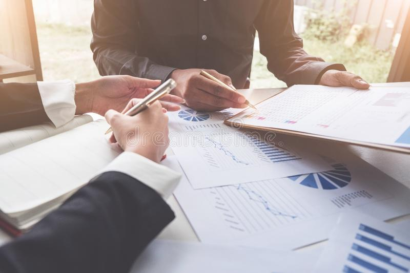 遇见计划的预算和费用,战略分析概念的商人 库存照片