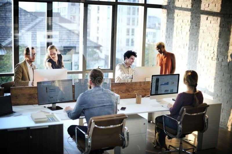 遇见讨论运作的办公室概念的商人 免版税库存图片