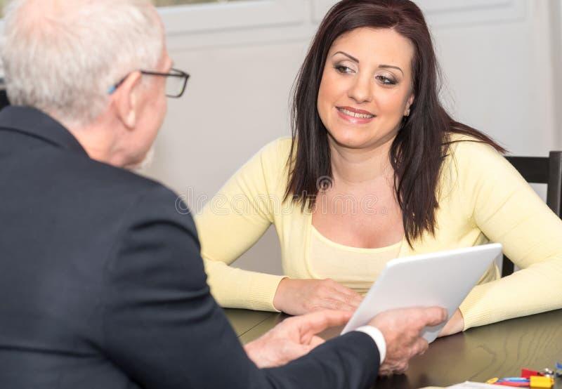 遇见财政顾问的妇女在办公室 库存照片
