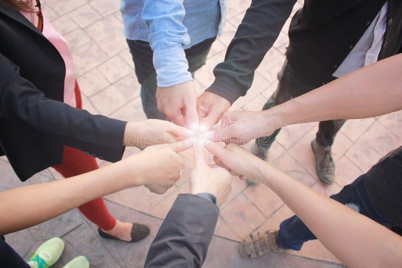 遇见配合概念,友谊小组用显示团结和赞许在具体地板背景的手 库存图片