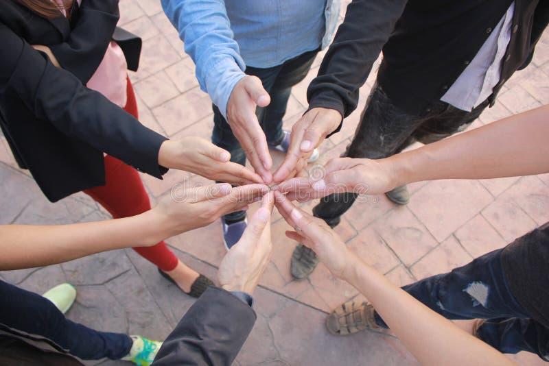 遇见配合概念,友谊,小组有显示团结的堆的商人手 免版税库存照片
