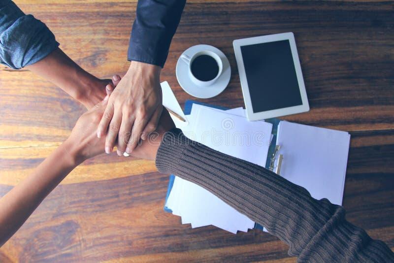 遇见配合概念,友谊,有显示团结的堆的小组人手在成功的交涉以后在办公室 库存照片