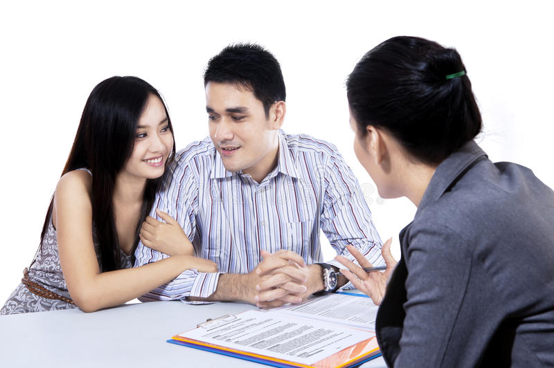 遇见财政顾问的年轻夫妇 图库摄影
