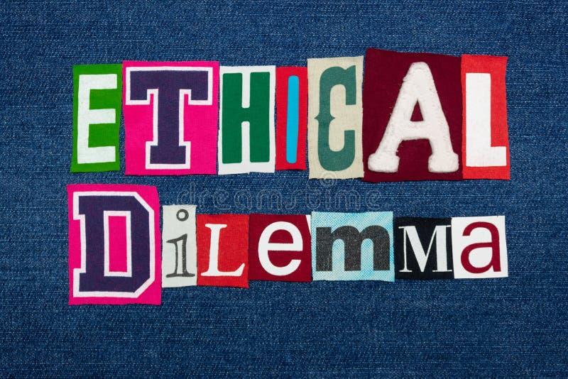 道德困境文本词拼贴画、五颜六色的织品在蓝色牛仔布,概念问题和情况 库存照片