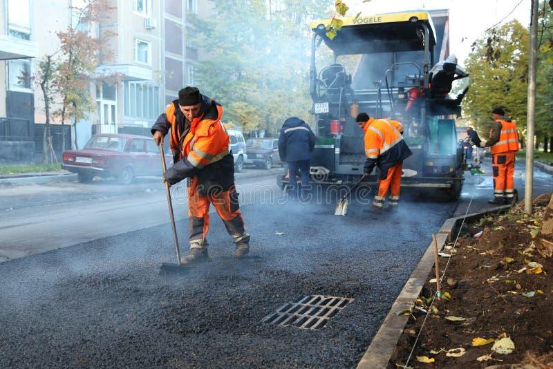 道路施工人员被放置的沥青 莫斯科 08 09 2018年 免版税库存图片