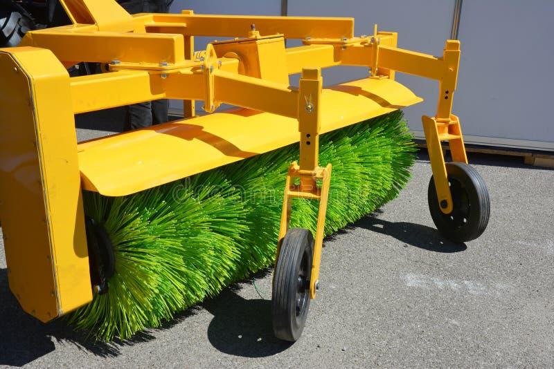 道路清扫工机器fow洗涤物和清洁柏油路 街道清洁 库存照片