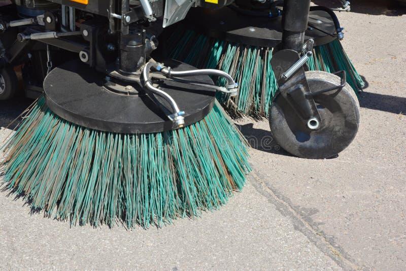 道路清扫工机器fow洗涤物和清洁柏油路 街道清洁 库存图片