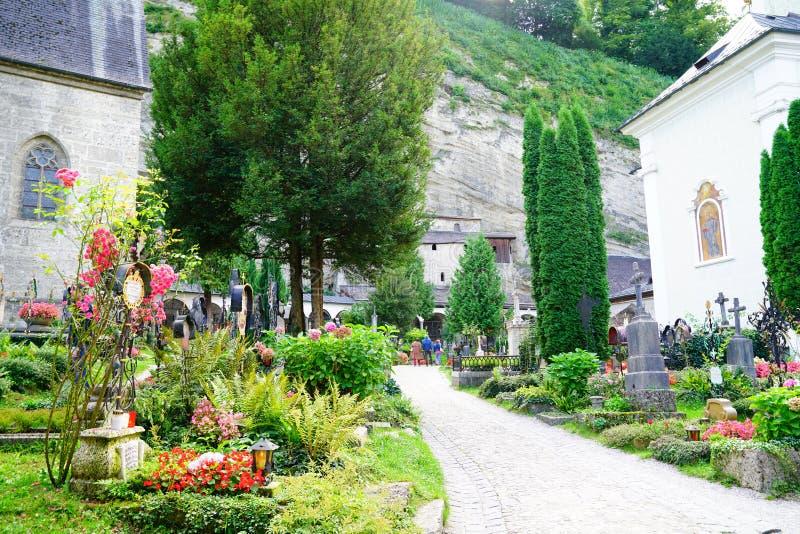 道路的游人丰富的公墓庭院和坟墓a之间 免版税库存图片