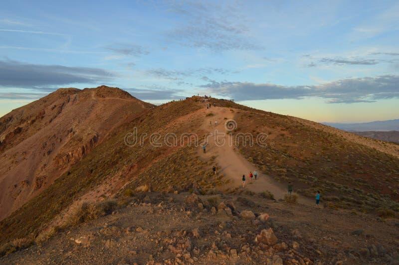 道路的游人在丹特` s视图死亡谷加利福尼亚 免版税库存照片