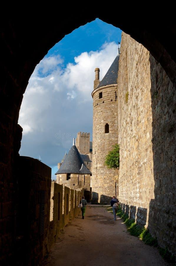 道路视域和塔在卡尔卡松防御中世纪城市thr 库存照片