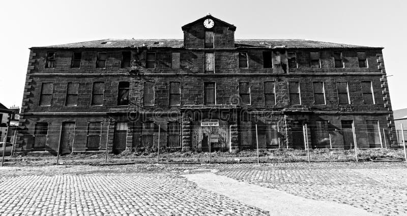遗弃仓库大厦在Montrose,苏格兰 免版税库存图片