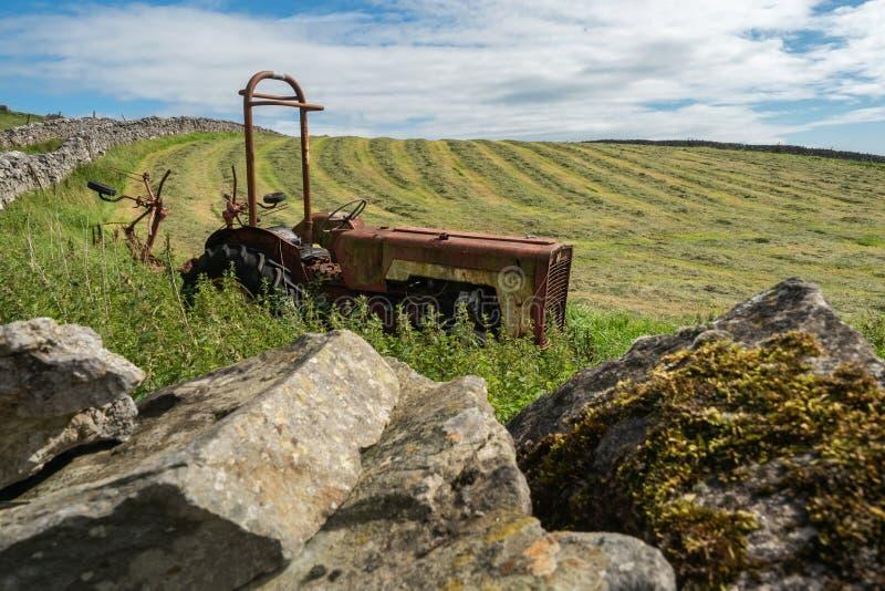 遗弃农用拖拉机 库存照片