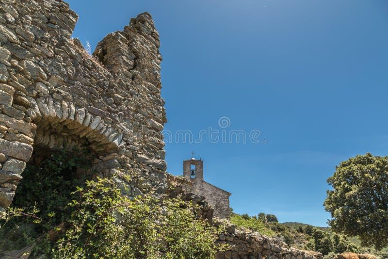 遗弃大厦和教堂在被放弃的村庄在可西嘉岛 库存图片