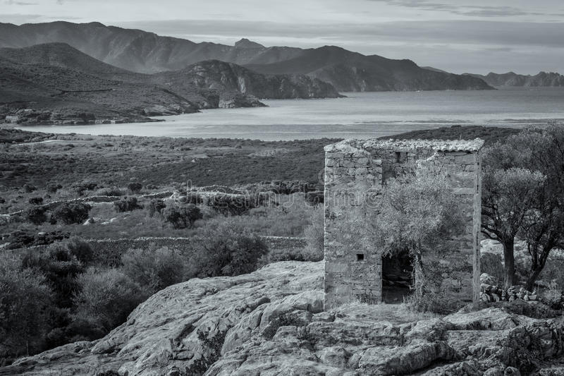 遗弃大厦和海岸看法在Galeria附近在可西嘉岛 图库摄影