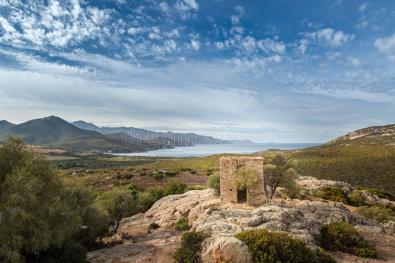 遗弃大厦和海岸看法在Galeria附近在可西嘉岛 免版税图库摄影