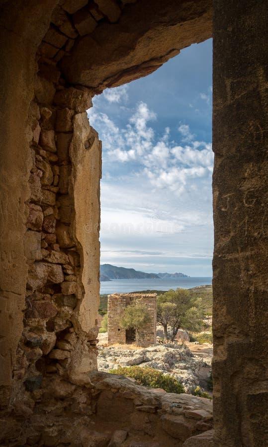 遗弃大厦和海岸看法在Galeria附近在可西嘉岛 库存照片