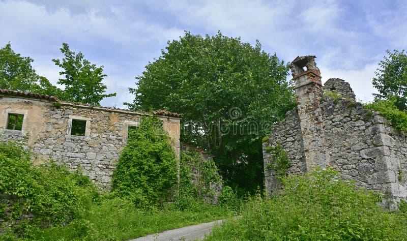 遗弃大厦在Jelovice 免版税库存图片