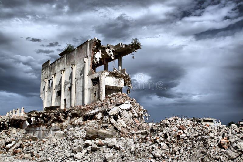 从遗弃大厦的爆破的遗骸 免版税库存照片