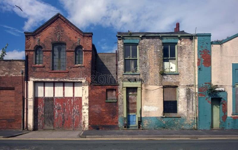 遗弃房子和被放弃的商业财产在街道上 库存图片