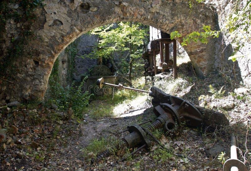 遗弃橄榄色的磨房/新闻老被成拱形的墙壁有磨石新闻和工作的 免版税图库摄影