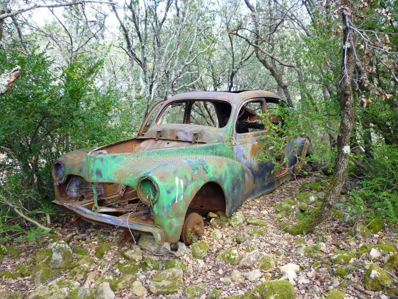 遗弃汽车在森林里 免版税图库摄影