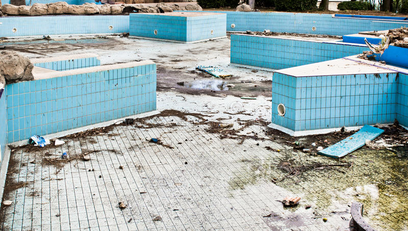 遗弃游泳池 免版税库存照片