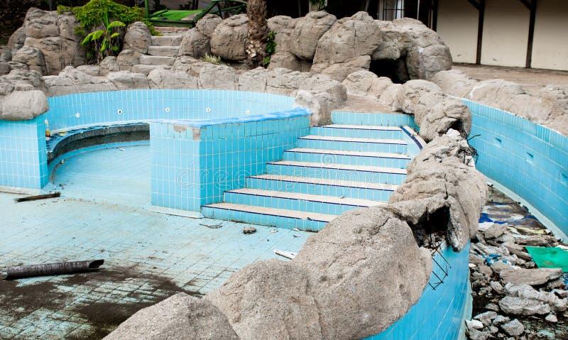 遗弃游泳池 库存图片