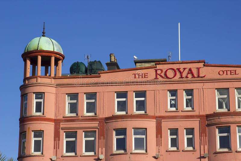 遗弃皇家旅馆的前面门面和铜半球形的塔在曼格唐郡 图库摄影