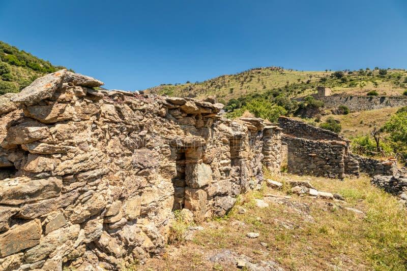 遗弃石农舍在可西嘉岛的balagne地区. 岩石, 结构树.