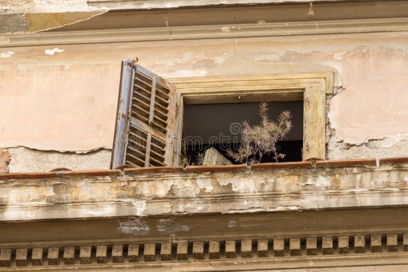 遗弃窗口和阳台老builiding的在Psirri neighborh 图库摄影