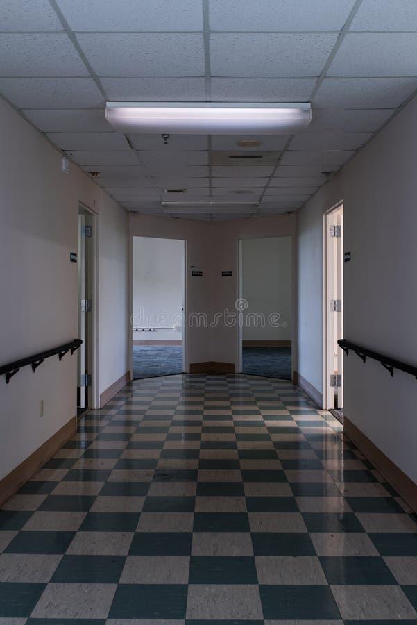 遗弃走廊与选举轻的被抛弃的退伍军人医院-匹兹堡,宾夕法尼亚 免版税库存照片