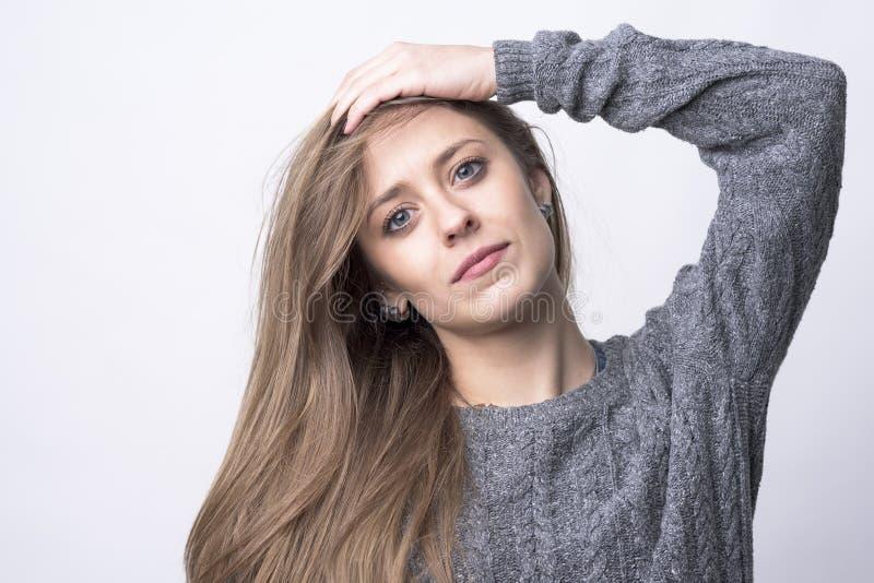 遗憾或差错概念 看照相机用在头的手的年轻女人画象 免版税库存图片