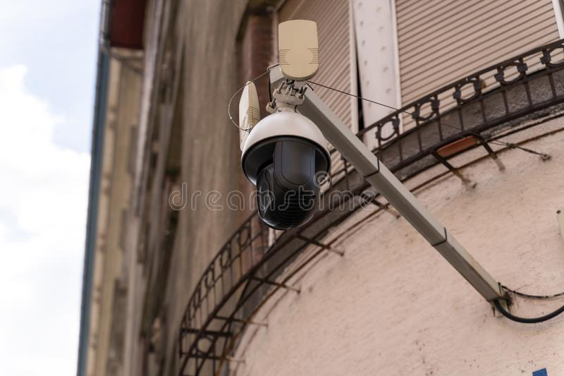 遥控CCTV安全监控相机附有一个老修造的门面 一个公共安全措施的概念 库存图片