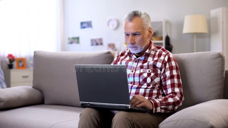遥远地在家工作现代资深的自由职业者,事务在网上在互联网 库存图片