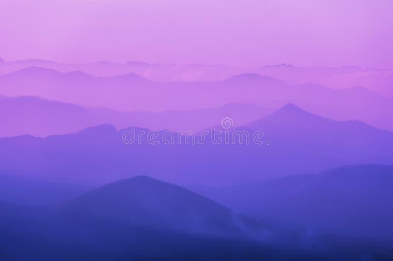 遥远的山层的样式 库存图片