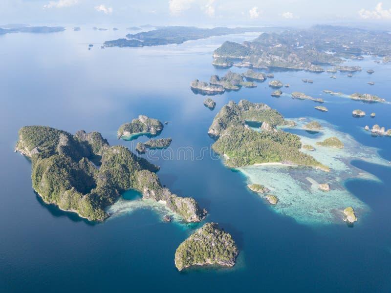 遥远的岩石海岛鸟瞰图王侯的Ampat 免版税图库摄影