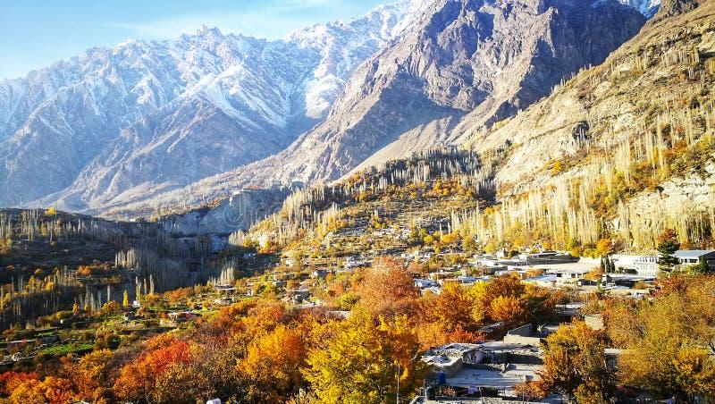 遥远的村庄秋天风景在11月汉萨,有山和天空蔚蓝背景的巴基斯坦 图库摄影