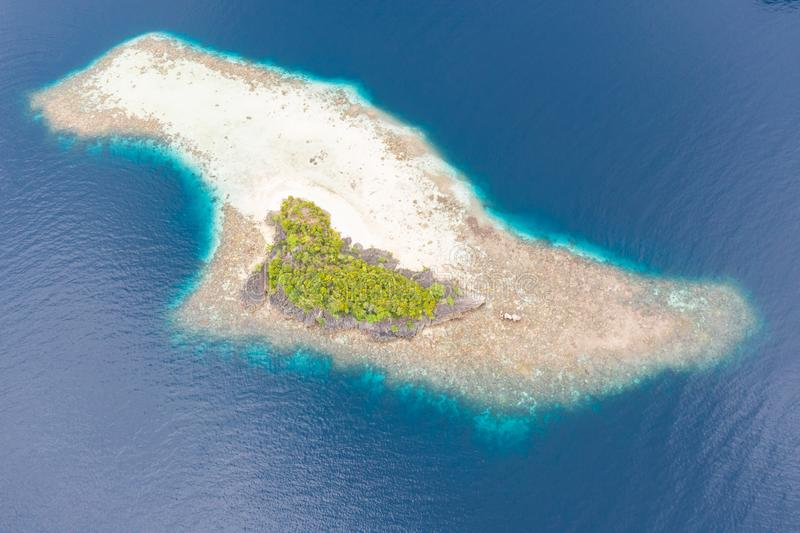 遥远的海岛和围拢的礁石鸟瞰图在王侯Ampat 免版税图库摄影