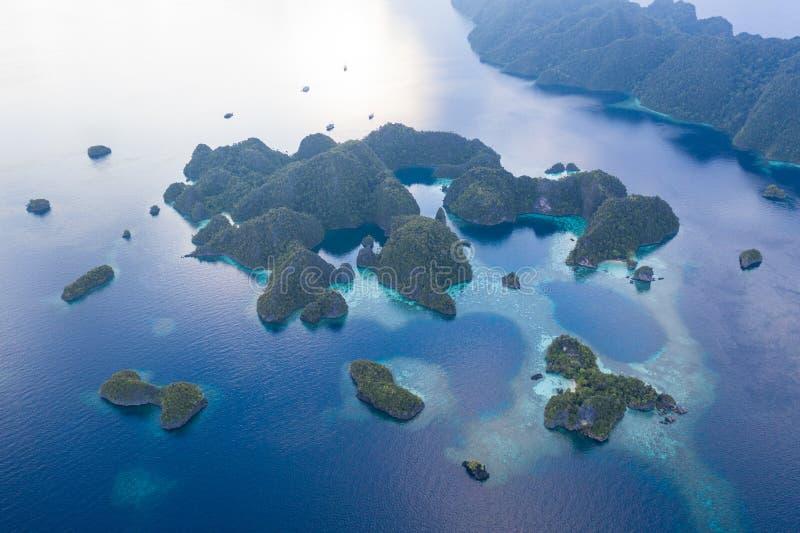 遥远的石灰石海岛和礁石天线在王侯Ampat 库存图片