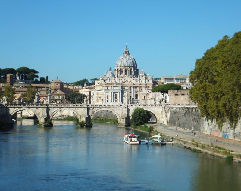 遥远的观点的圣Peter's大教堂和蓬特在台伯河的Sant'Angelo在从蓬特采取的罗马翁贝托 图库摄影