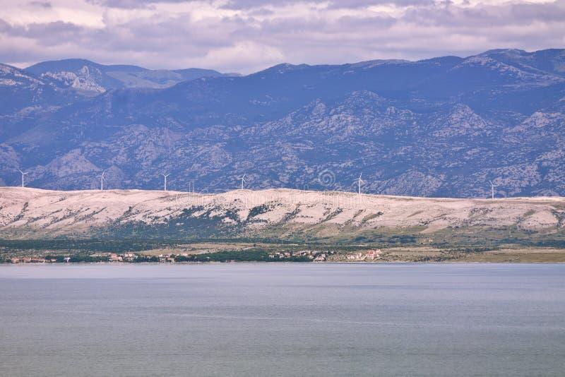 遥远的风力涡轮在海岛上种田 库存图片