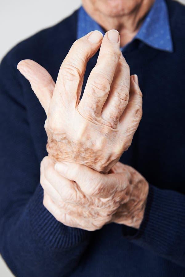 遭受与关节炎的老人画象 免版税库存图片