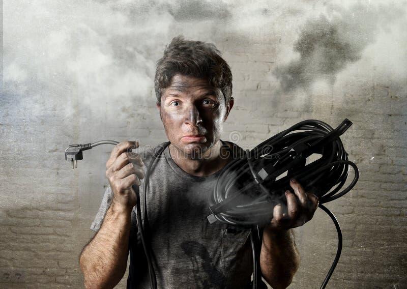 遭受与肮脏的被烧的面孔的未受训练的人缆绳电子事故在滑稽的震动表示 免版税图库摄影